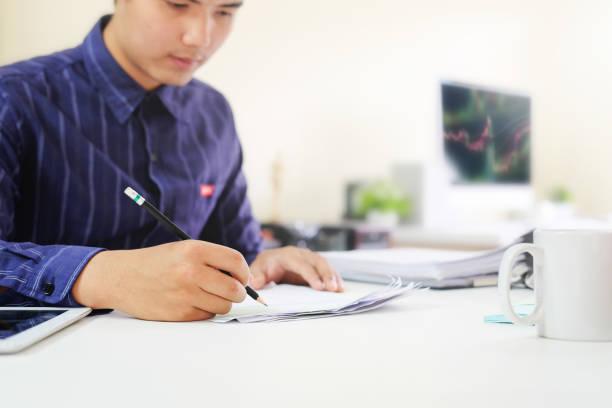 audit-geschäftsmann-checkliste auf diagramm brett mit finanzkonzept. - lernfortschrittskontrolle stock-fotos und bilder