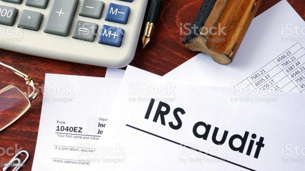IRS auditoría título en un documento y el formulario 1040. - foto de stock