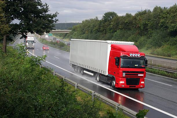 Truck stop auf dreispuriger Autobahn – Foto