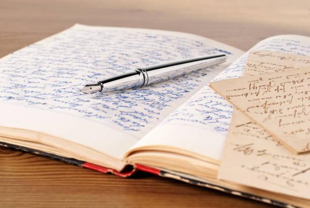 aufgeschlagenes tagebuch - erzählender schreibstil stock-fotos und bilder