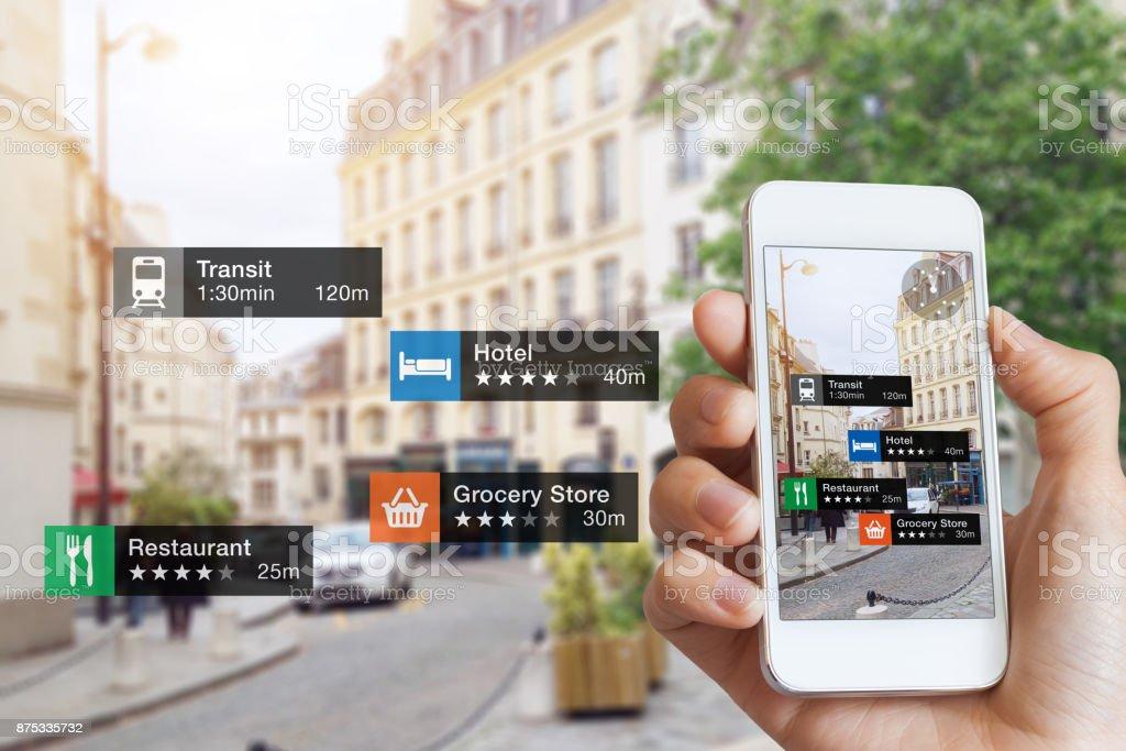 Tecnologia da informação de realidade aumentada, mão, tela do smartphone, negócio de rua, serviços - foto de acervo