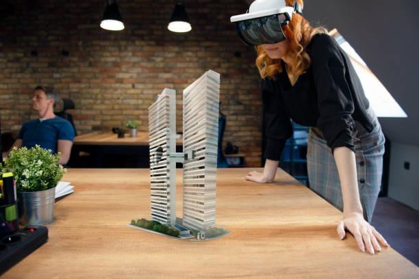 augmented reality project - business woman hologram imagens e fotografias de stock