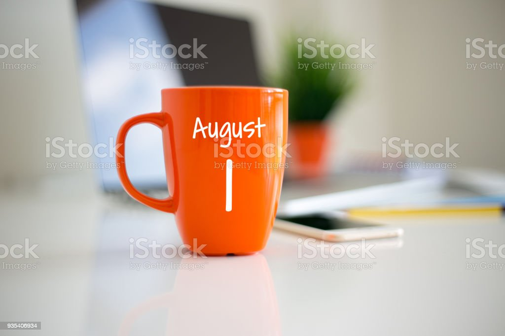 August 1 Calendar day on coffee cup - foto stock