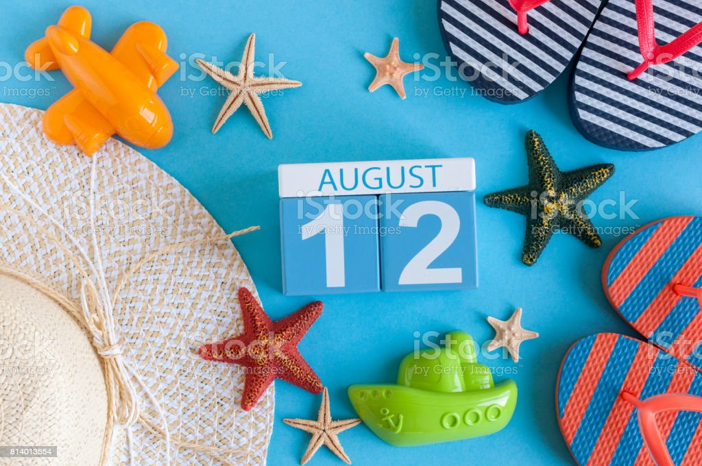 12 de agosto. Imagem de 12 de agosto de calendário com acessórios de praia verão e roupa de viajante em segundo plano. Dia de verão, o conceito de férias - foto de acervo