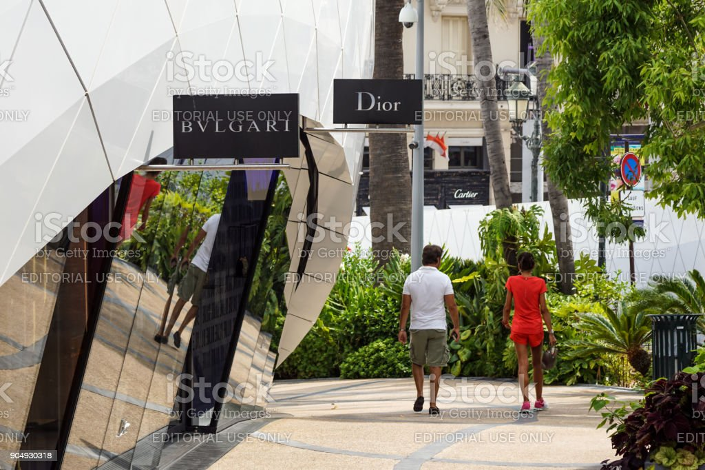MONTE CARLO - August 15 2017: Pavillons Monte Carlo with people, luxury shopping area hosts many top fashion shops, in Monte Carlo, Monaco. - foto stock