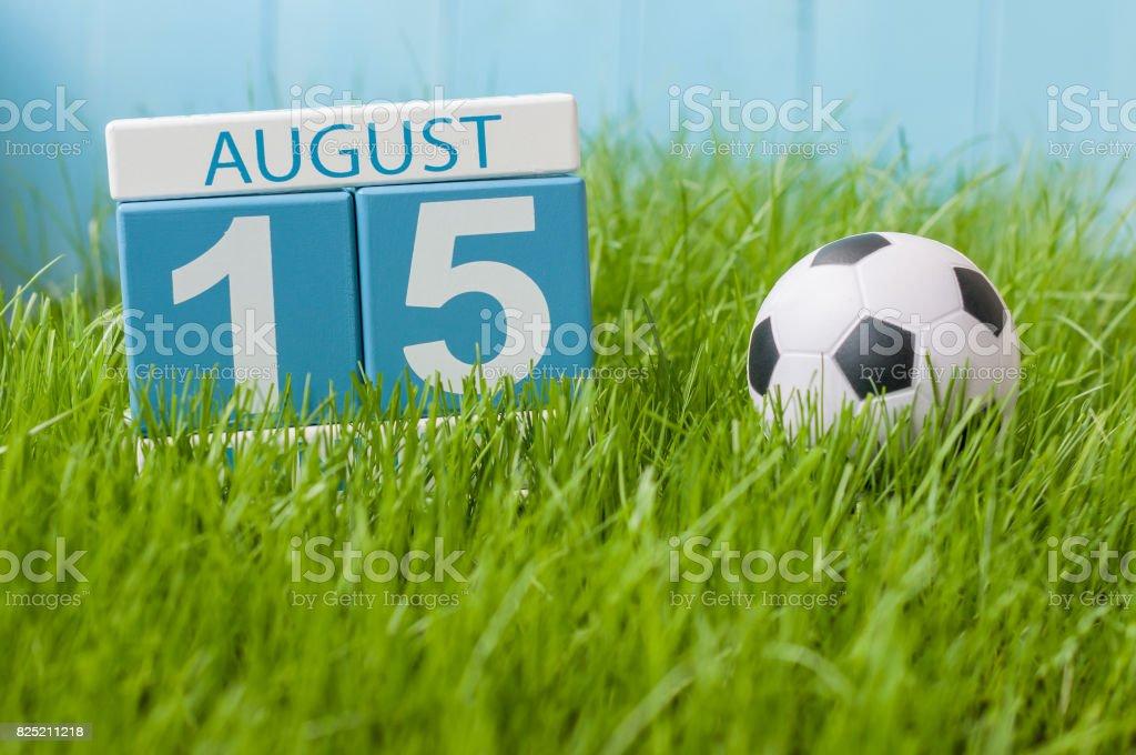 Am 15. August. Bild von august 15 Holz Farbe Kalender auf grünen Rasen Rasen Hintergrund mit Fußball. Sommertag. Leeren Raum für text – Foto