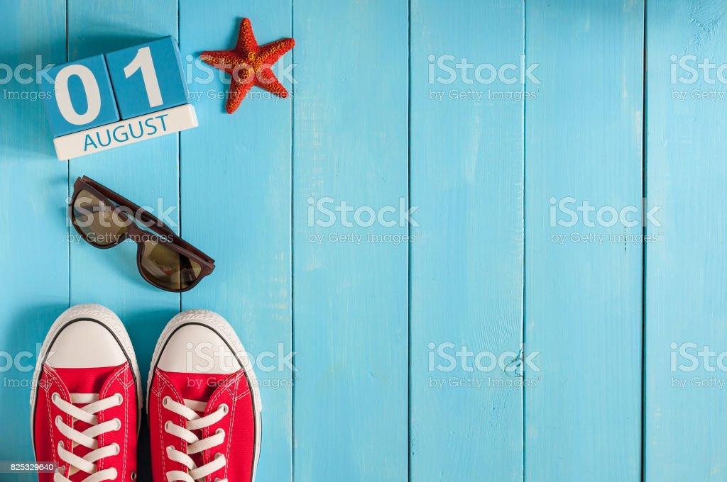 1.August. Bild 1 august Farbe Kalenders auf blauem Hintergrund. Sommertag. Leeren Raum für text – Foto