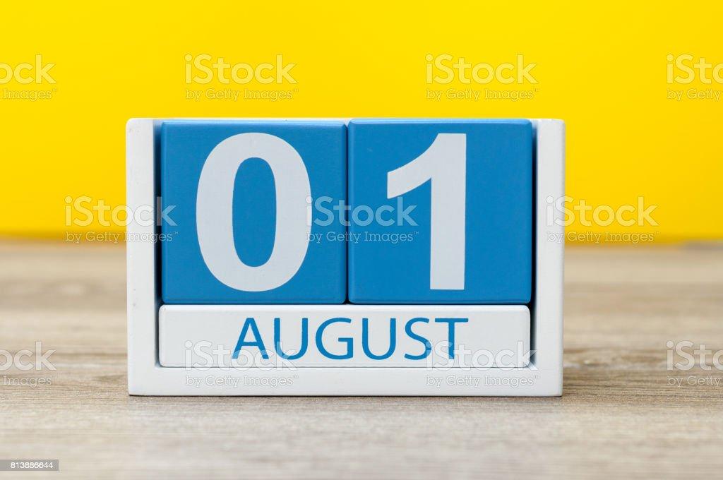 1.August. Bild august 1, close-up aus Holz Farbe Kalenders auf gelbem Hintergrund. Sommertag – Foto
