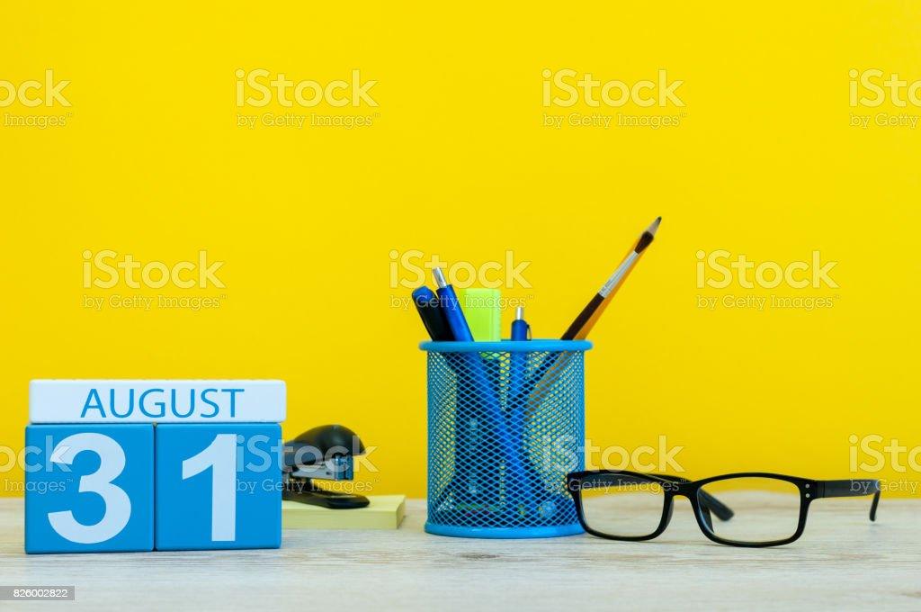 31. August. Bild von august 31, Kalender auf gelbem Hintergrund mit Büromaterial. Ende der Sommerzeit. Zurück zum Schulkonzept – Foto