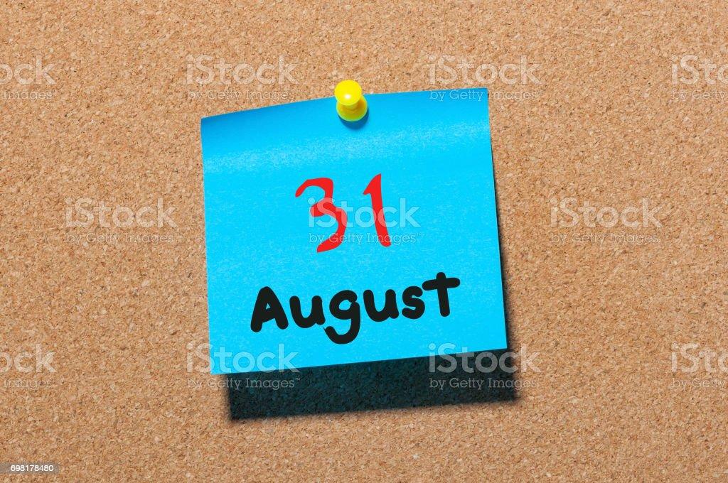 Am 31. August. Tag 31 des Monats, Farbe Aufkleber Kalender am schwarzen Brett. Sommer Zeit. Leeren Raum für text – Foto