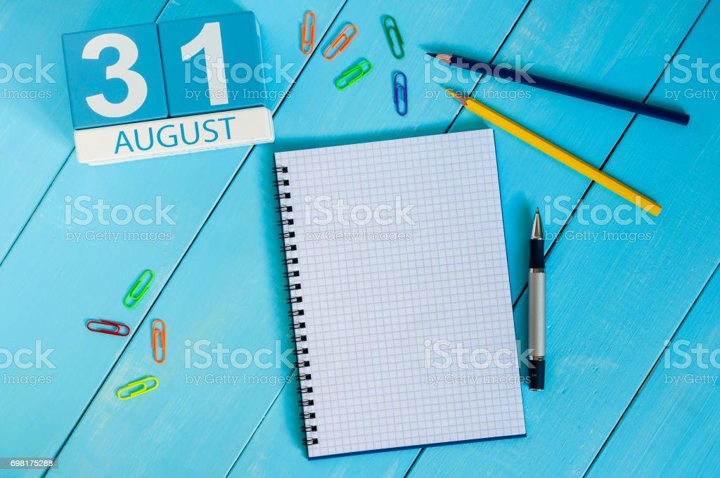 Am 31. August. Bild von august 31 Holz Farbe Kalender auf blauem Hintergrund. Letzten Sommertag. Leeren Raum für Text. Blog-Tag – Foto