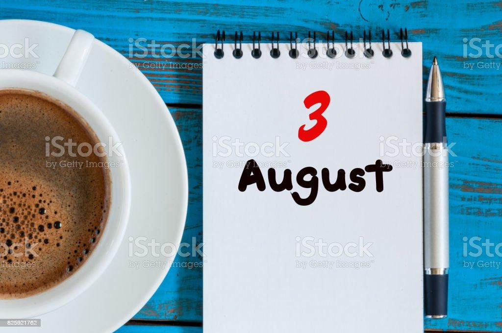 3. August. 3. Tag des Monats, Loseblatt Kalender auf blauem Hintergrund mit Tasse Kaffee am Morgen. Sommer Zeit. Einzigartige Ansicht von oben – Foto