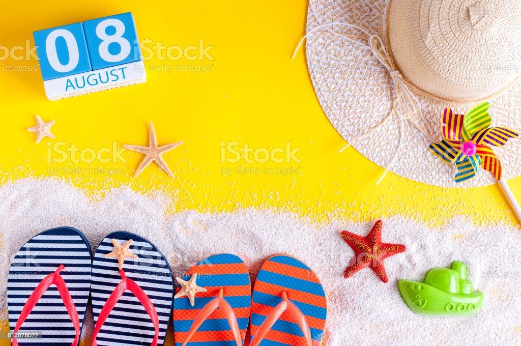 Am 8. August. Bild von august 8 Kalender mit Sommer-Strand-Accessoires und Reisenden Outfit auf Hintergrund. Sommertag, Urlaub Konzept – Foto