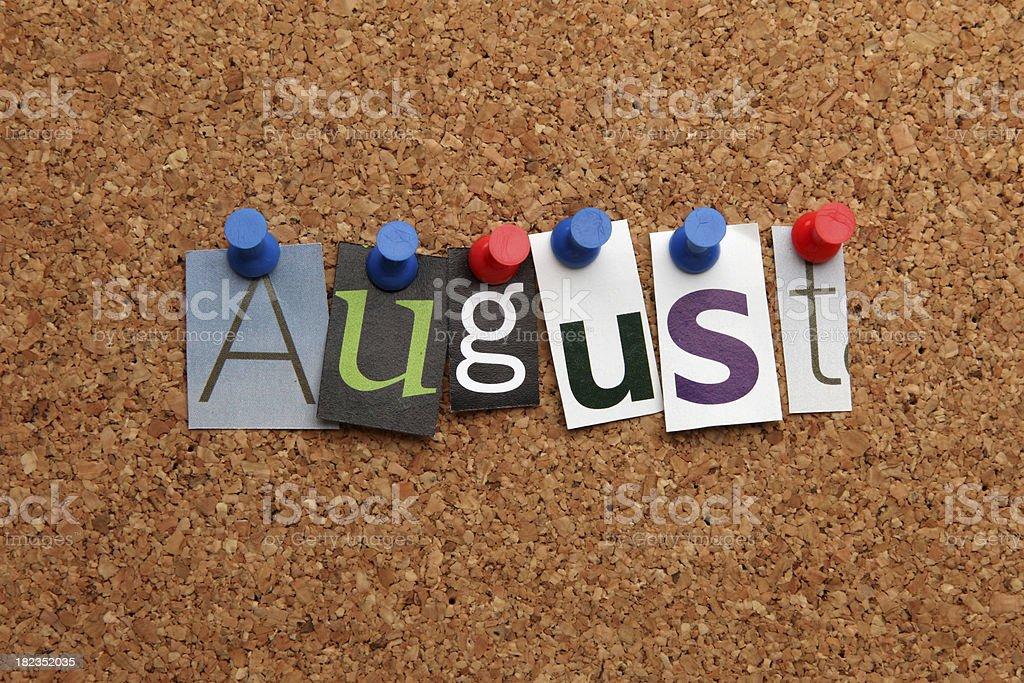 Agosto appuntato su noticeboard - foto stock