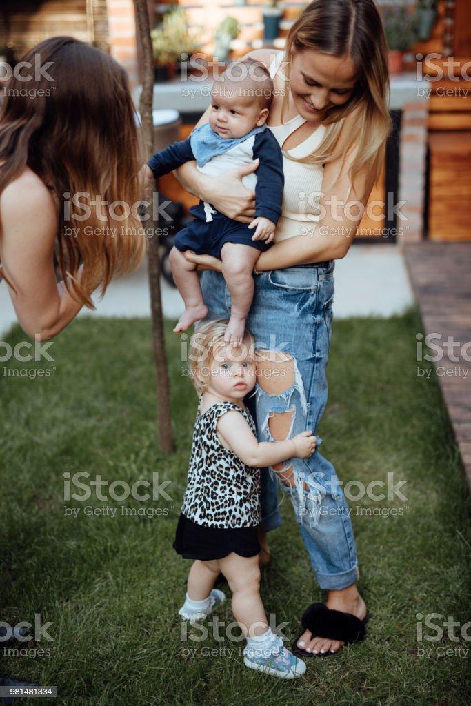Tante mit ihrem Neffen spielen – Foto
