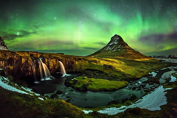 aurora borealis am mount kirkjufell island - iceland stock-fotos und bilder