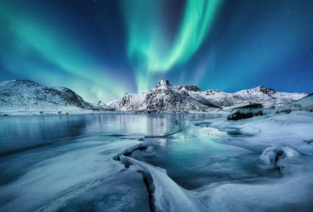 오로라 보리얼리스, 로포텐 제도, 노르웨이. 산과 얼어 붙은 바다. 밤 시간에 겨울 풍경입니다. 북쪽 빛 - 이미지 - 빙하 뉴스 사진 이미지