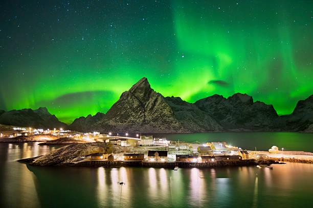 Aurora borealis over a village on the Lofoten in Norway - foto de acervo