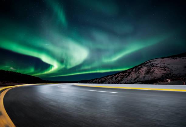 Aurora Borealis über asphaltierte Straße in Kanada – Foto