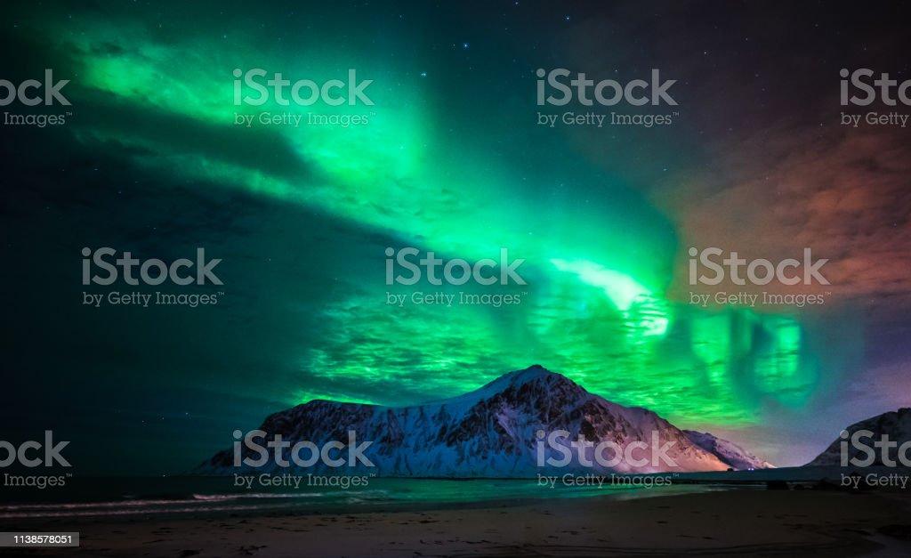 Aurora borealis (Nordlichter) über den Strand von Skagsanden. Lofoten Inseln, Norwegen – Foto