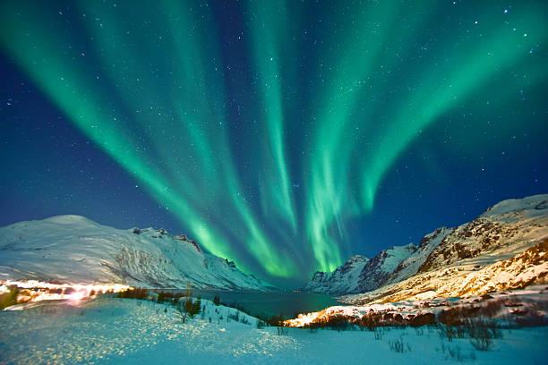 aurora boreal  - noruega fotografías e imágenes de stock