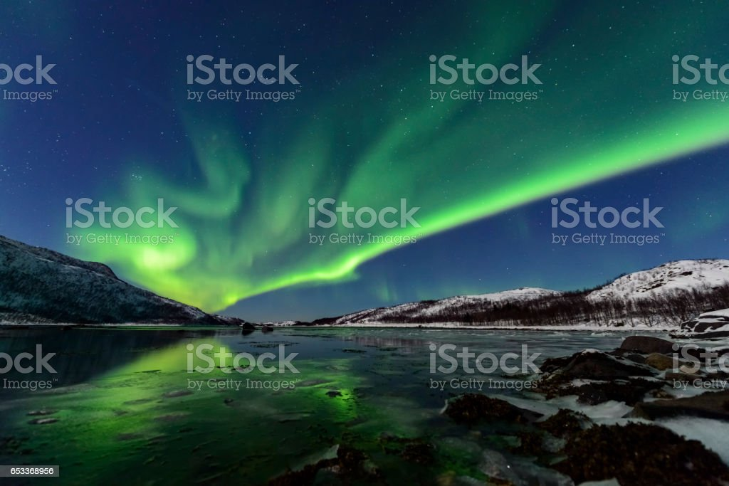 Aurora do Norte Polar luz no céu da noite ao longo do norte da Noruega - foto de acervo