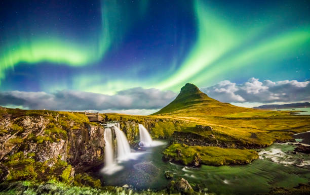 polarlicht über kirkjufell und wasserfall bei nacht - iceland stock-fotos und bilder