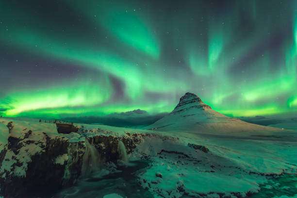 aurora über kirkjufell - iceland stock-fotos und bilder