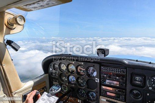 Ausblick aus einem Cockpit eines kleinen Motorfkugzeuges über eine fast geschlossene Wolkendecke