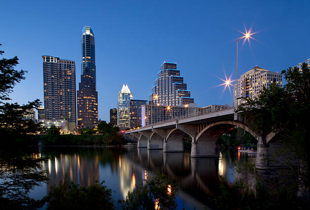 skyline von austin in der dämmerung - twilight teile stock-fotos und bilder
