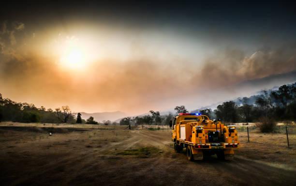 australische bushfire-landelijk brandweerwagen - bosbrand stockfoto's en -beelden