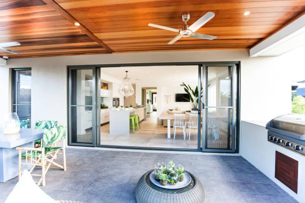 Australische sanisch gestaltetes Haus mit einem Außengrill – Foto