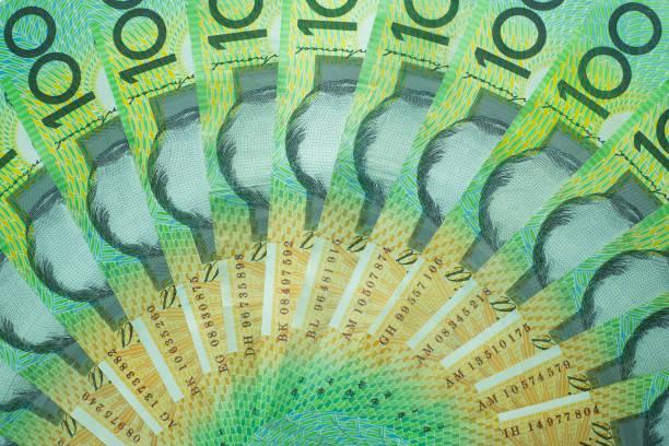 Australischer Dollar, Stapeln Australien Geld 100-Dollar-Banknoten auf weißem Hintergrund mit Beschneidungspfad. – Foto
