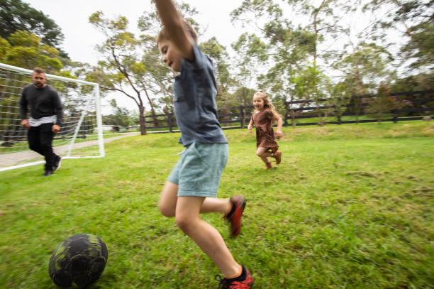Australische Familie spielt Sport im Hinterhof – Foto