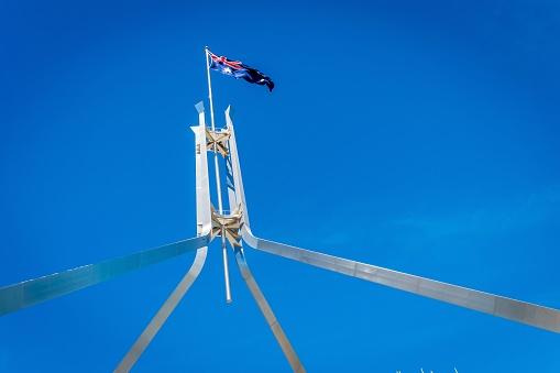 캔버라에서 국회 의사당 위에 비행 하는 호주 국기 0명에 대한 스톡 사진 및 기타 이미지