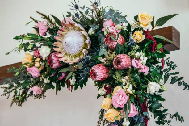 australischen einheimischen wildblumen in rechtwinklige anordnung. - protea strauß stock-fotos und bilder