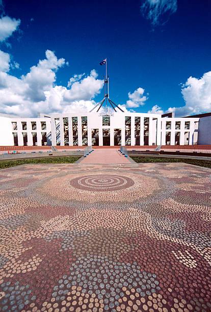 australische parlament, canberra - revierverhalten stock-fotos und bilder
