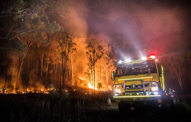 australische landelijke brandweerwagen - bosbrand stockfoto's en -beelden