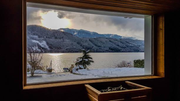 österreich - alpensauna mit blick auf den see und die berge - hotel alpenblick stock-fotos und bilder