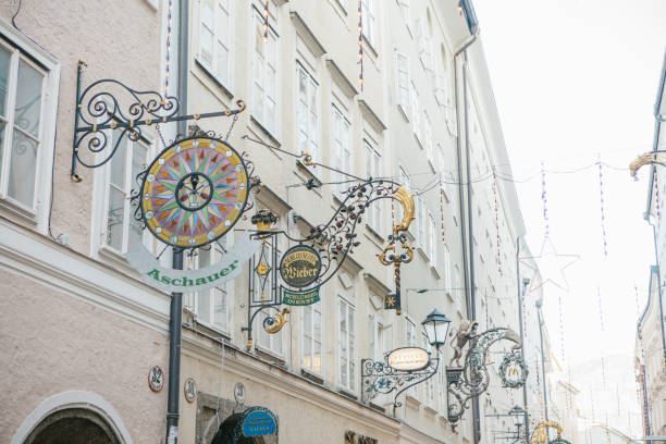 österreich, salzburg, 1. januar 2017: werbeschilder von geschäften an der getreidegasse street. einer malerischen straße in der altstadt. salzburg-trade-center. weihnachtsferien in europa. - eisenstadt austria stock-fotos und bilder