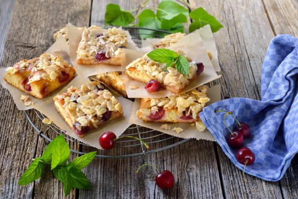 österreichischen kirsch kuchen - tarte und törtchen stock-fotos und bilder