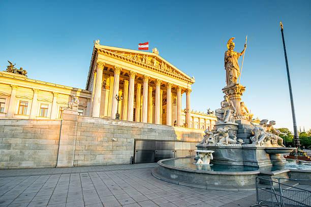 austrian parliament building in vienna - wenen oostenrijk stockfoto's en -beelden