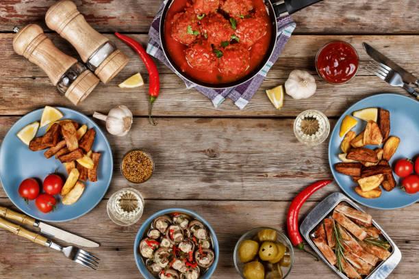 authentische italienische fleischbällchen, chips und andere traditionelle snacks - frikadelle stock-fotos und bilder