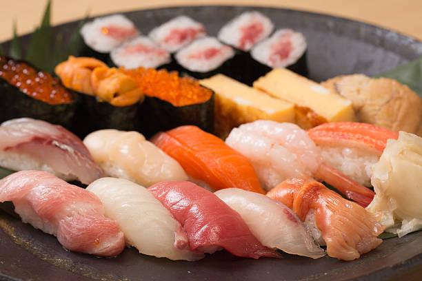本格的な寿司、各種の新鮮な魚 - 寿司 ストックフォトと画像