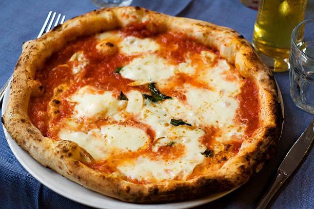 本格的なナポリタンピザマルゲリータ - ピザ ストックフォトと画像