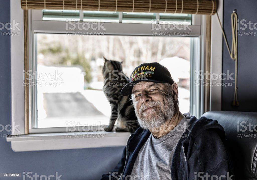 Authentische US Marine Vietnam-Krieg-Veteran mit Kätzchen – Foto