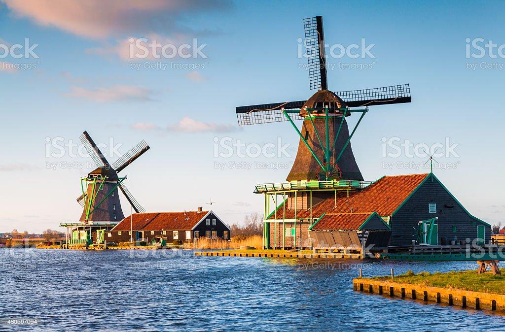 Authentische Zaandam mills auf der water channel in Zaanstad village – Foto