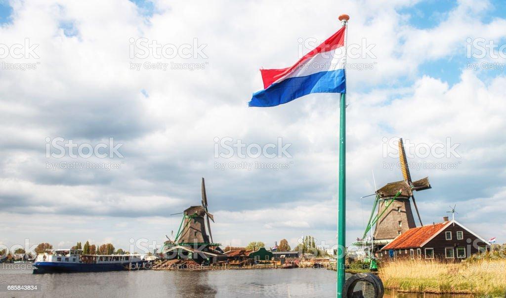 Auténtica Zaandam mills en el agua canal en Zaanstad village - foto de stock