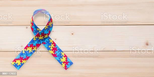 Autism Awareness Ribbon I Pussel Eller Sticksåg Mönster För World Autism Awareness Day Psykisk Hälsovård Koncept För Autistiska Barn Person Och Familj Omvårdnad-foton och fler bilder på Assistans