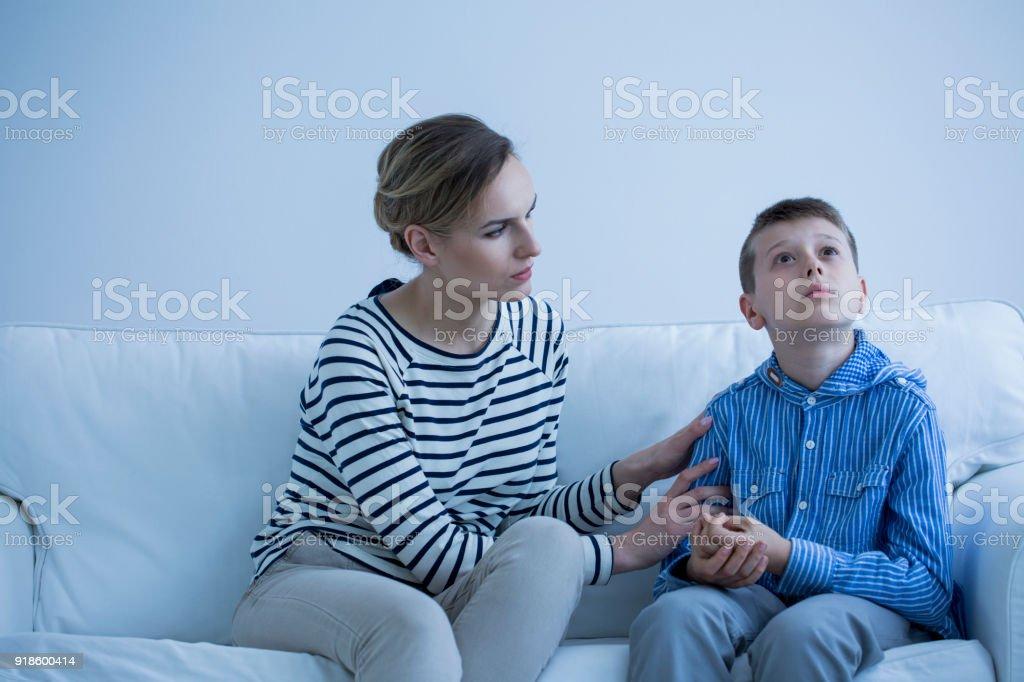 Cuidador y el niño autista - foto de stock